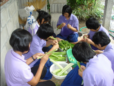 Students help to prepare the vegetables.